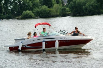 Rodinná projížďka motorovým člunem s kapitánem (50min)